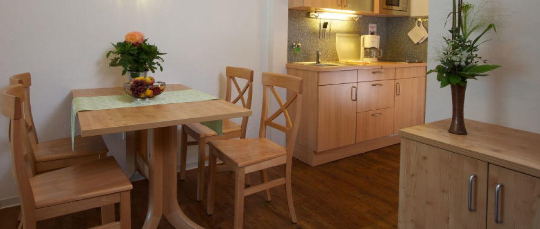 מטבח ופינת אוכל בדירת נופש 3 'חדרים 'החצר