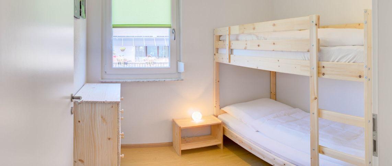 חדר שינה עם מיטת קומתיים בדירת 2 חדרים