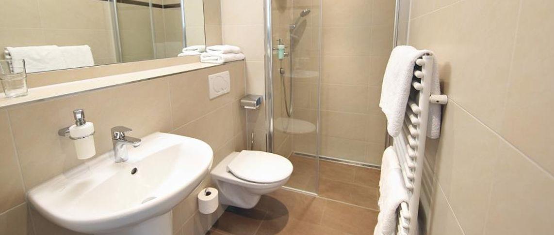 שירותים ומקלחת בחדרים