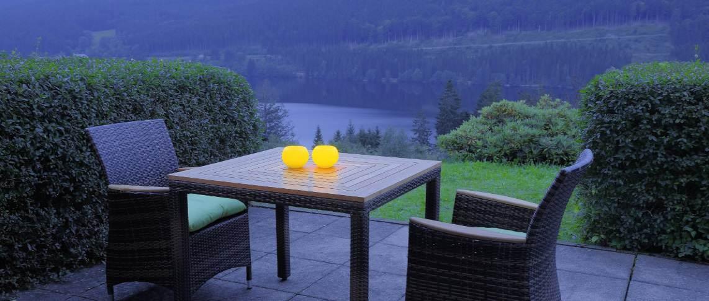 פינת ישיבה מול האגם